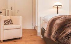 Final-Zimmer-206-Bett-Stuhl